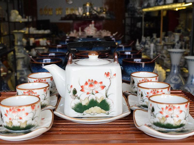 Bộ ấm trà Bát Tràng Dáng Vuông Vẽ Sen Đỏ 500ml